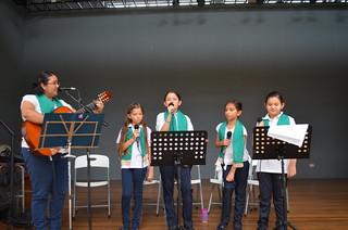 El coro del colegio alternó con el MJS para animar la pastorela