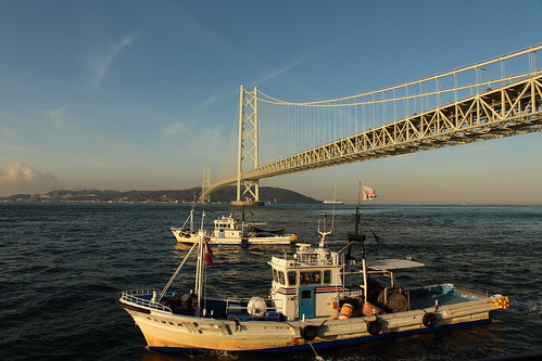 japan kobe maiko bridge sea light awajiisland theakashikaikyōbridge fishingboat morning sunrise suspensionbridge pearlbridge 明石海峡大橋 舞子公園 神戸 瀬戸内海 兵庫県 日本 吊り橋 パールブリッジ 本州四国連絡橋 淡路島 hyogoprefecturalmaikopark construction architecture building landscape 漁船 いかなご漁 water 船引網 boatseine