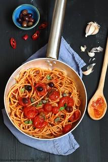 Spaghetti integrali con sugo alle olive e capperi | by Giovanna-la cuoca eclettica