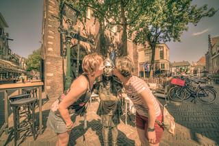 Kus het Kaasmeisje.   by Alex-de-Haas