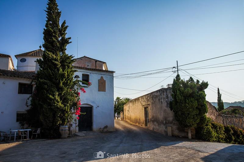 Casa con reloj de sol frente a la Torre de Viladellops