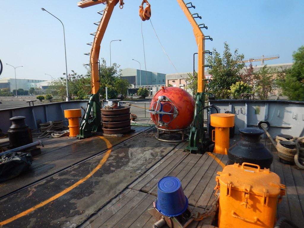 放置在船尾的紅色大浮球跟沉底的鐵塊,浮球中間的裝置為ADCP,即為錨碇系統。李彥輝攝。