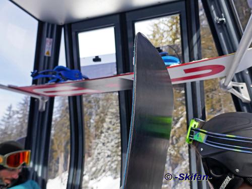 Transport snowboard (dans le Saulire Express) | by -Skifan-