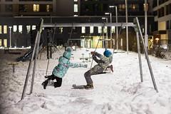 Дети играют вечером во дворе
