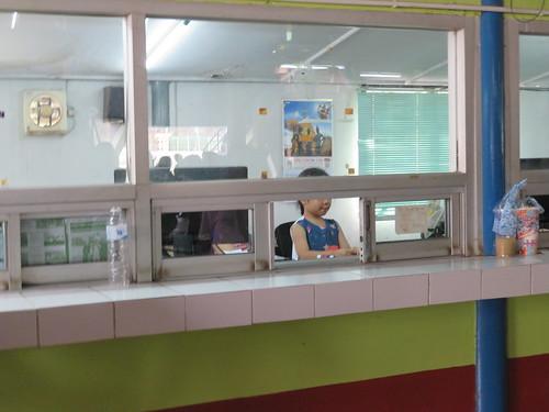 チェンマイ競馬場の馬券売場で遊んでいる子供
