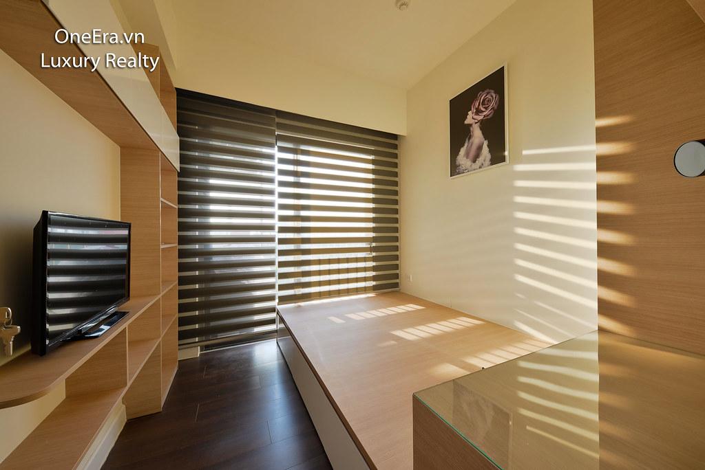 Phòng ngủ nhỏ có Tivi, tủ kệ