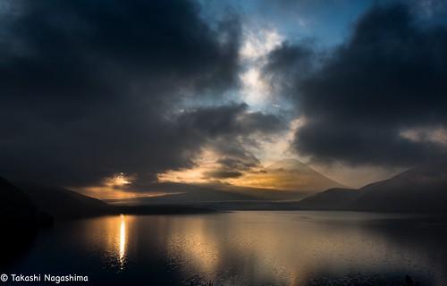 minimalism earlymorning thesun mountains sky clouds reflection lakemotosu lake dawn sunrise mtfuji