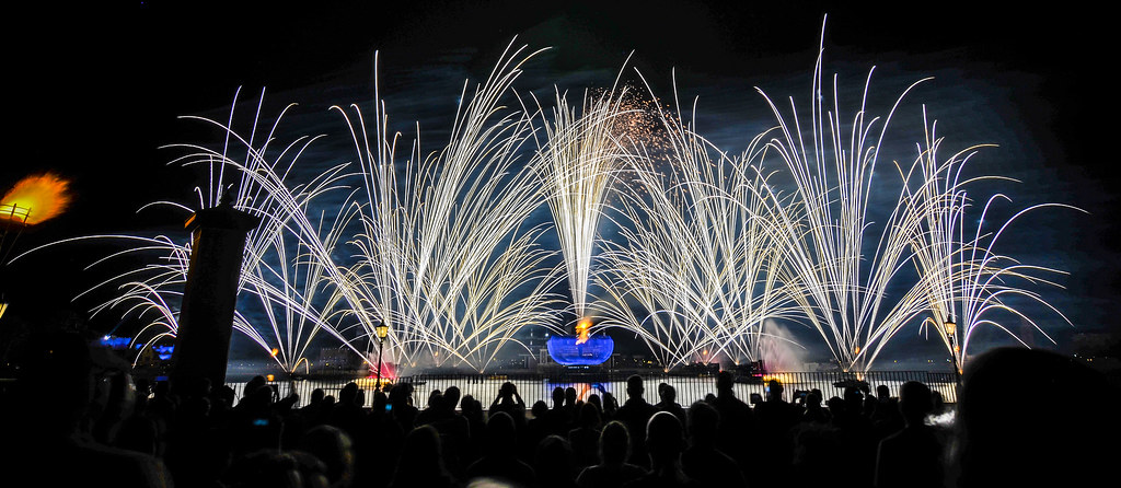 Illuminations streaks Epcot