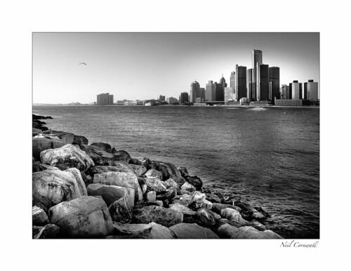 detroit windsor winter detroitriver riverfront canada unitedstates border water renaissancecenter 2019 january cityscape outdoors blackwhite ontario michigan