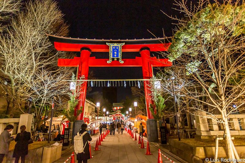 Gran torii de entrada, iluminado de noche (en Año Nuevo)