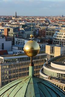 Kugeln auf einem Eckturm des Berliner Doms | by Grüner Nomade