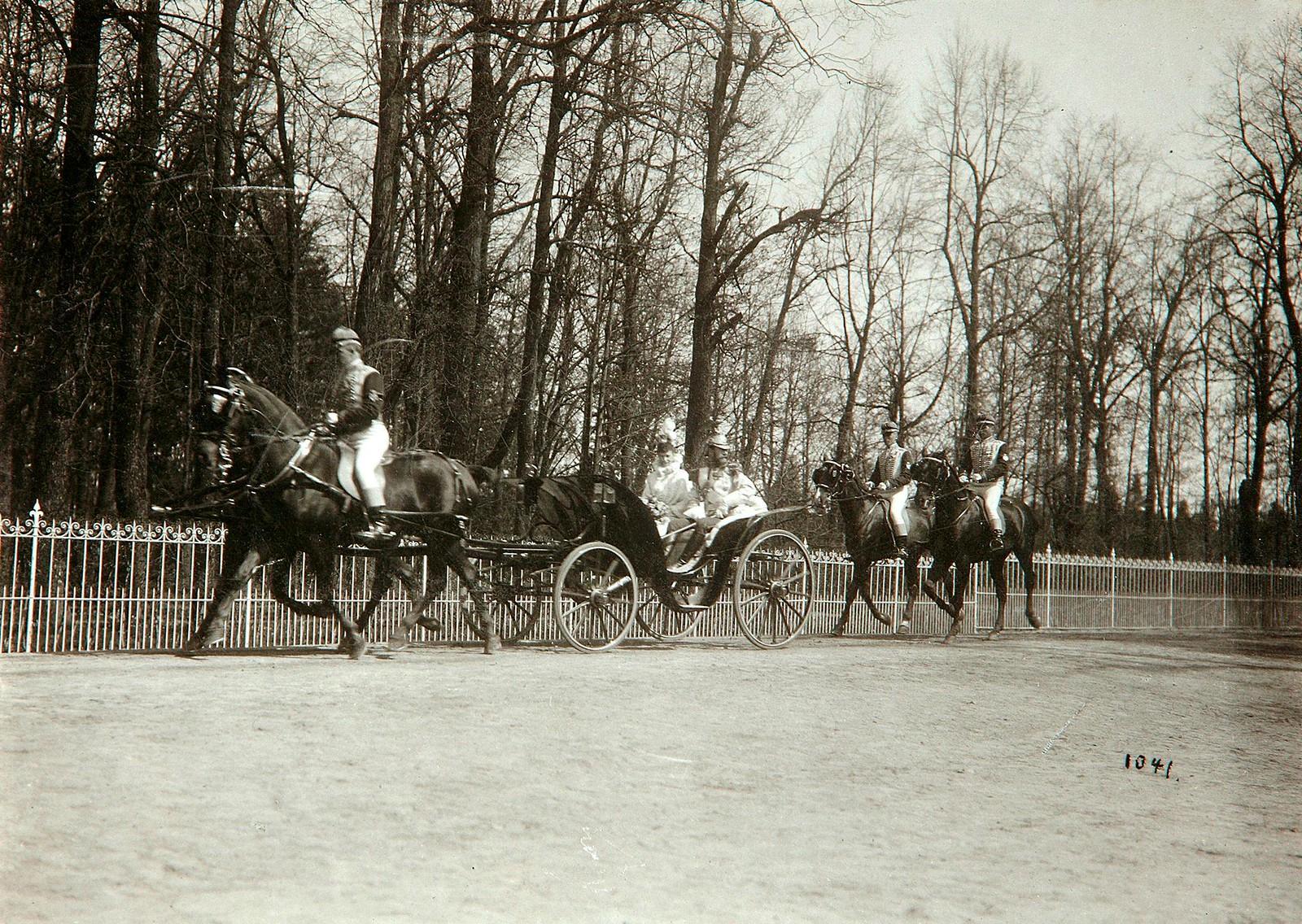 1912.  Императрица Александра Федоровна в сопровождении свиты в экипаже в Беловежской пуще