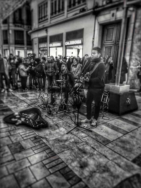 Un placer sentir vuestra música chicos, un verdadero talento. Una pena que lo hagáis en la calle y no os pueda disfrutar el mundo. Suerte