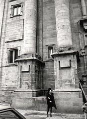 05,  Muller á espera do inicio dun acto relixioso, Compostela, ano 93
