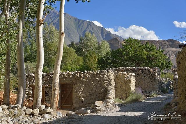 Etables le long du chemin du village de Passu © Bernard Grua