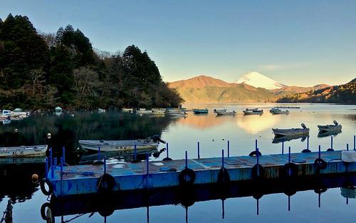 lake ashi mount fuji hakone japan april 2019 sunrise reflection water boats morning dock