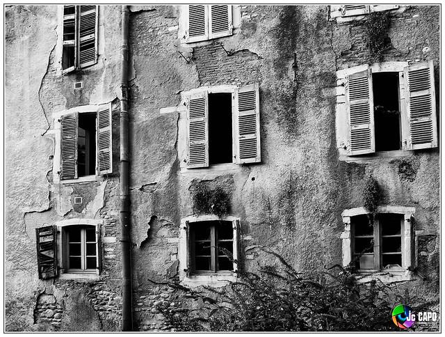 """""""La fenêtre, en province, remplace le théâtre et les promenades."""" G.FLAUBERT"""