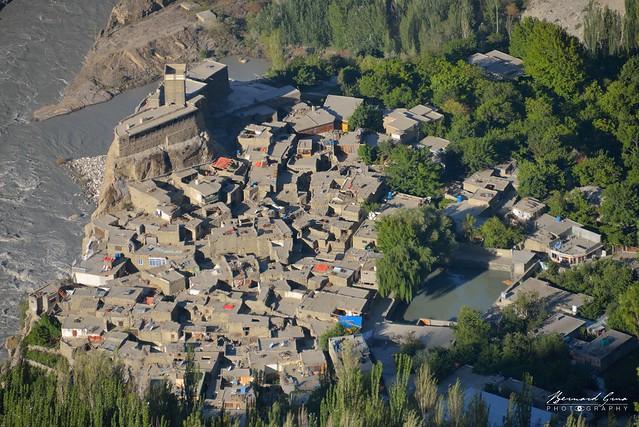 Vue sur le village d'Altit et sur son fort depuis Duikar (Eagle's Nest) © Bernard Grua