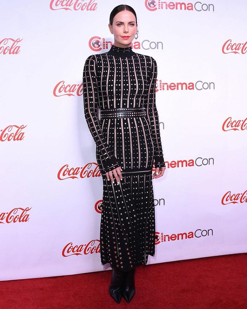 Шарлиз Терон в платье Alexander McQueen