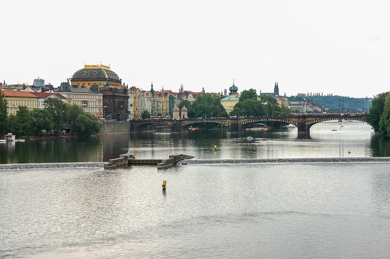 查理大橋俯瞰伏爾塔瓦河(左為國家劇院,右為Legion Bridge, Most Legií)
