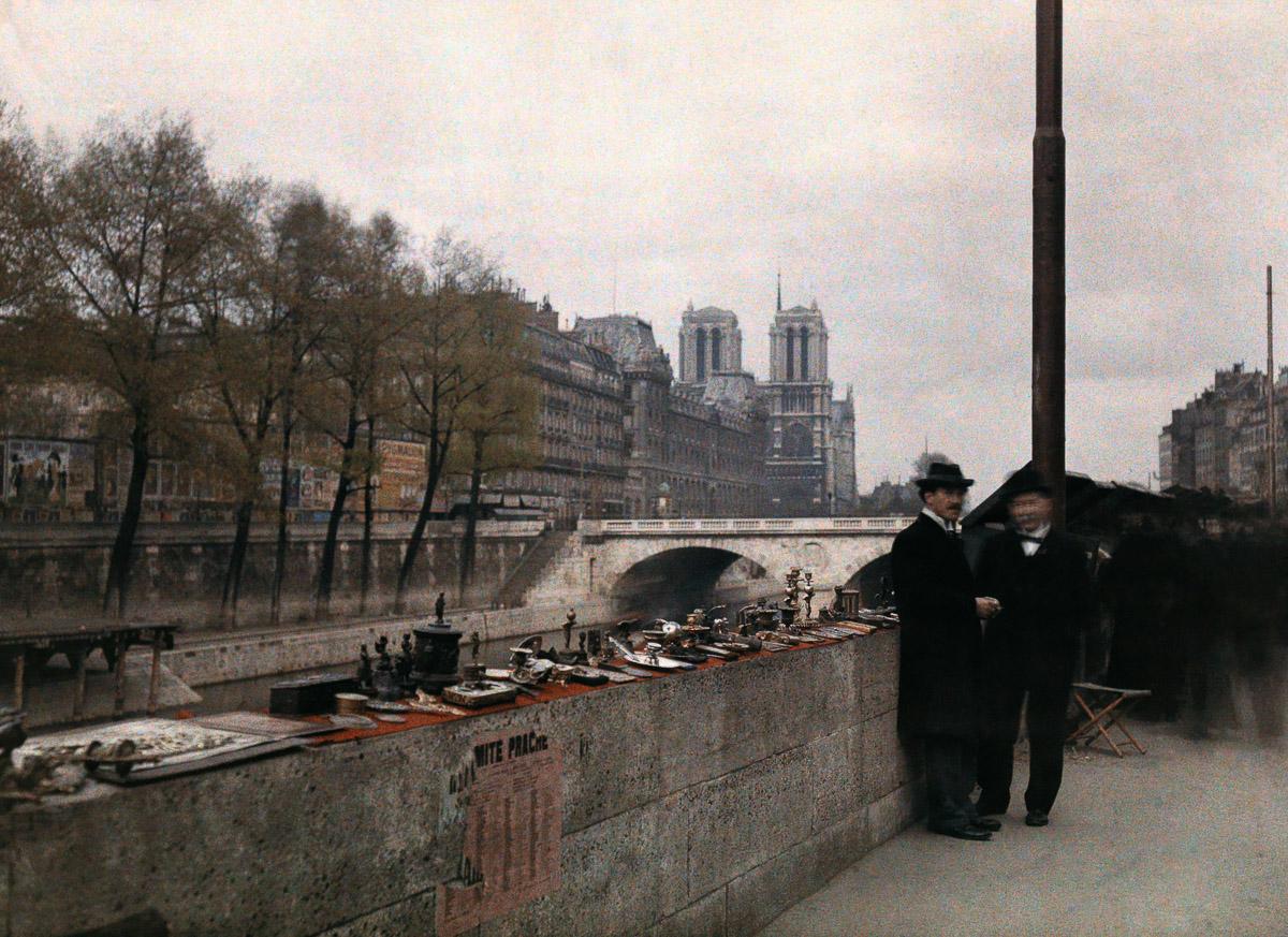 Торговля антиквариатом недалеко от собора Парижской Богоматери