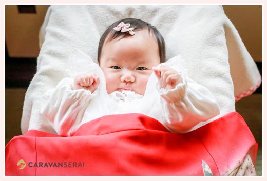 ファイティングポーズの赤ちゃん