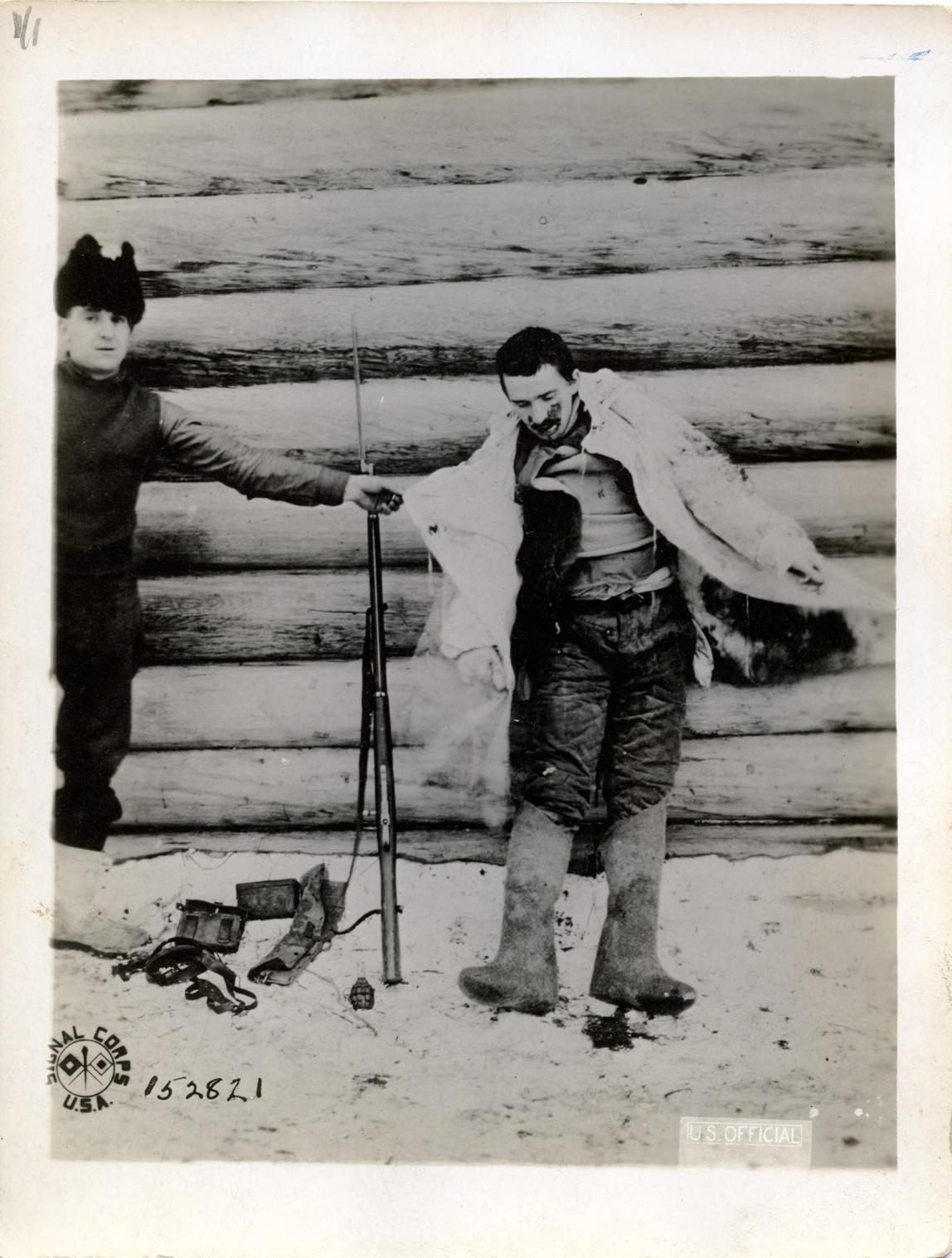 Американец демонстрирует убитого им деверсанта большевика