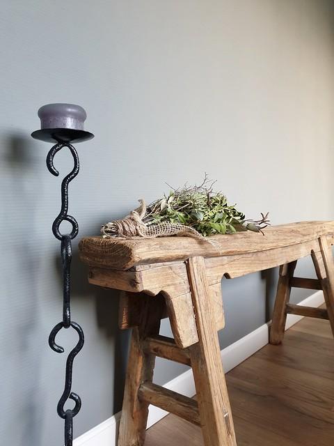 Grijze muur slaapkamer houten bankje kandelaar