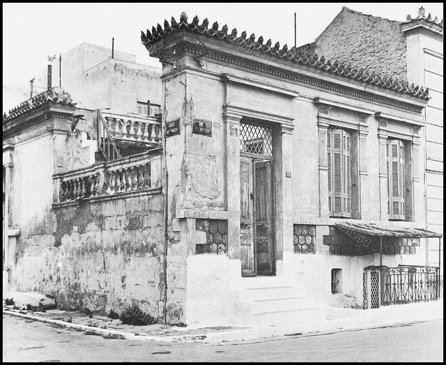 """Υμηττού και Λήμνου, Καμίνια, Πειραιάς. Φωτογραφία του Στέλιου Σκοπελίτη από το βιβλίο """"Νεοκλασσικά σπίτια της Αθήνας και του Πειραιά"""" Εκδόσεις """"Δωδώνη"""", Αθήνα, 1975."""