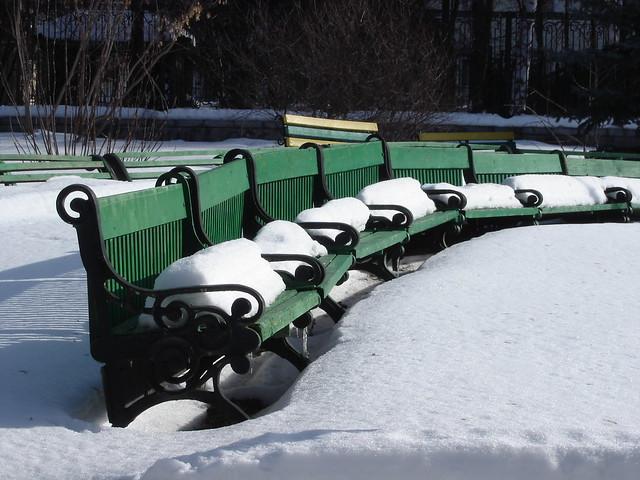 Скамейки в снегу