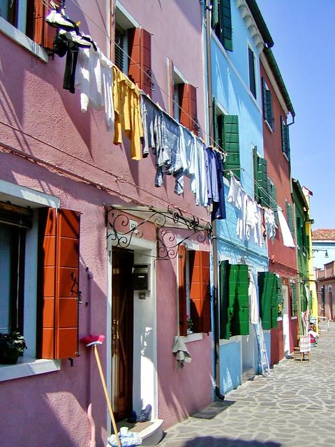 Farbige Häuser mit Wäsche