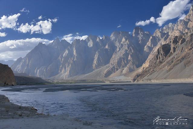 Rivière Hunza à Passu et Tupopdan, Cônes de Passu,  6,106 metre en fin d'après-midi © Bernard Grua