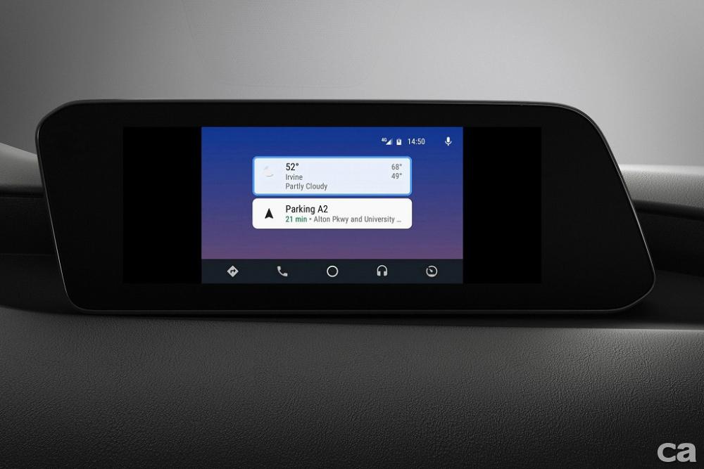 圖五之二:All-New Mazda3搭載新型式分割畫面的全新8.8吋中央資訊顯示幕、增大之多功能控制旋鈕與智慧型手機連結功能的MAZDA CONNECT人機智慧資訊整合系統。