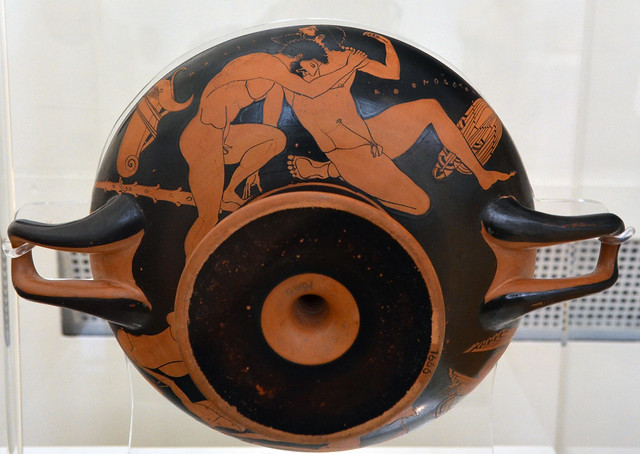 Athenian Red Figure kylix representing Herakles wrestling Antaios