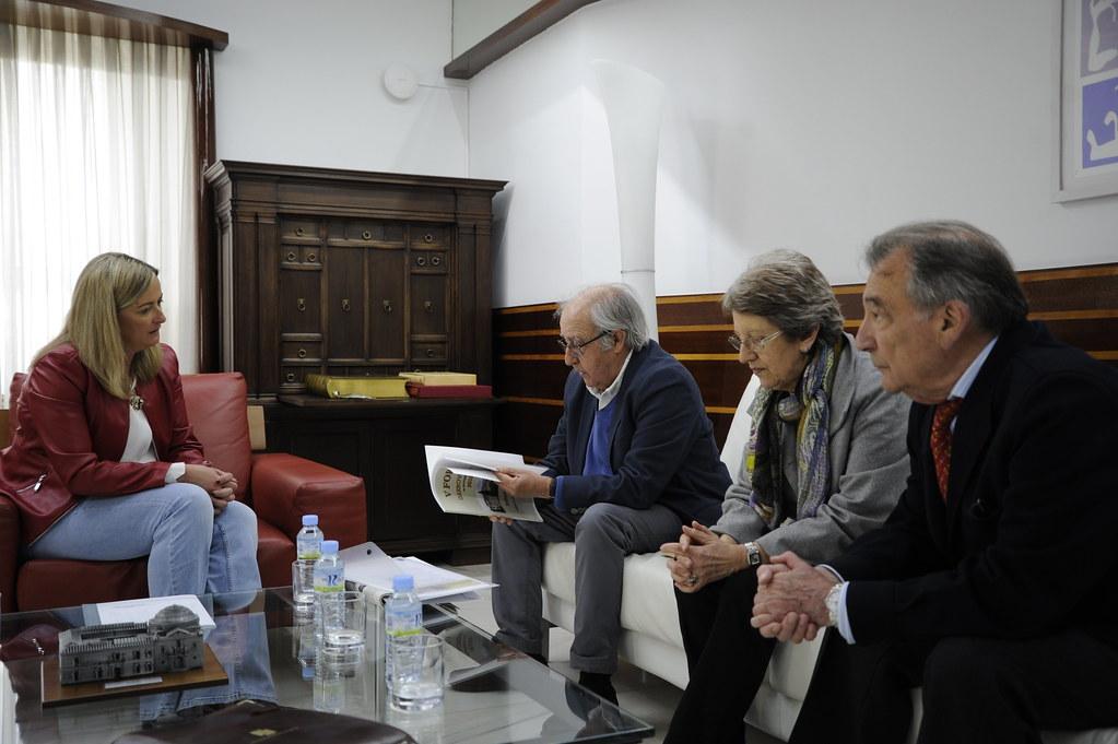 2019_04_02 Blanca Martín recibe al presidente del Club Senior de Extremadura, José Julián Barriga, y a varios integrantes de la junta directiva