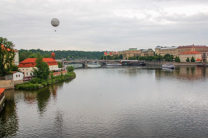查理大橋俯瞰伏爾塔瓦河(遠處為Manes Bridge, Mánesův most)