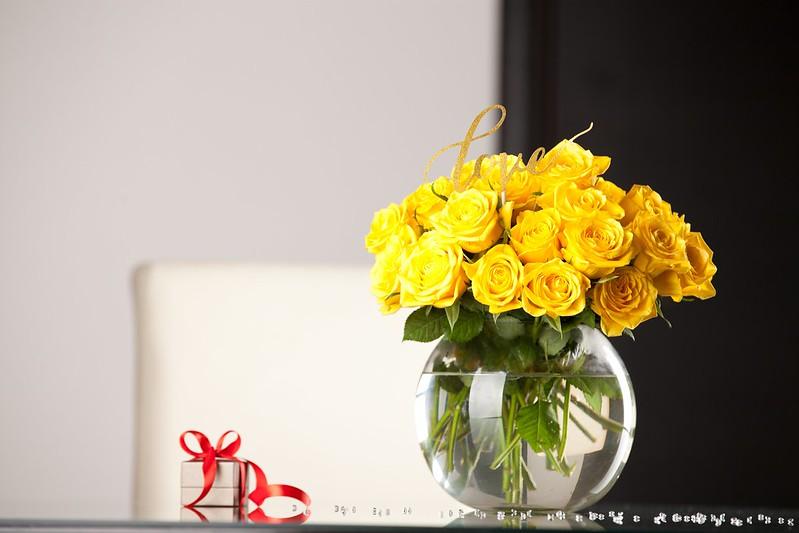 Обои стол, подарок, розы, желтые, ваза картинки на рабочий стол, раздел цветы - скачать