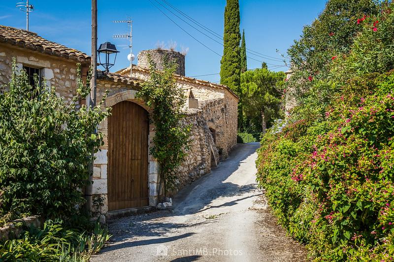 Calle de Viladellops que sube hacia la torre medieval