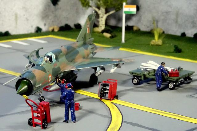 mig21_bis+ground crew+airbase diorama(8)