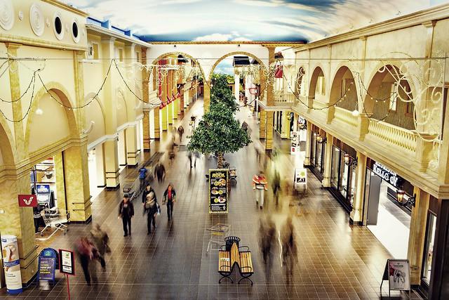 VeljeksetKeskinen_Tuuri_shoppingalley