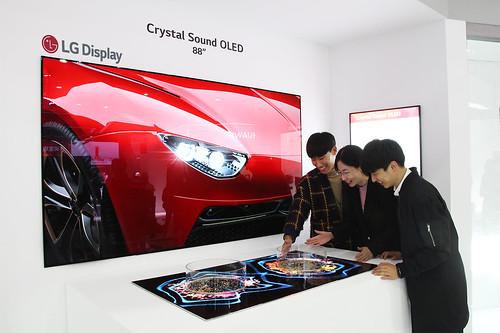 LG디스플레이가 14일부터 17일까지 중국 상하이에서 열리는 중국 최대 가전 박람회 AWE 2019에 처음으로 참가해 OLED TV의 우수성을 알린다. 사진은 별도 스피커 없이 화면에서 직접 소리가 나는 LG디스플레이 88인치 8K 크리스탈 사운드 OLED를 관람객들이 체험하는 모습 | by LG디스플레이