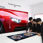 LG디스플레이가 14일부터 17일까지 중국 상하이에서 열리는 중국 최대 가전 박람회 AWE 2019에 처음으로 참가해 OLED TV의 우수성을 알린다. 사진은 별도 스피커 없이 화면에서 직접 소리가 나는 LG디스플레이 88인치 8K 크리스탈 사운드 OLED를 관람객들이 체험하는 모습