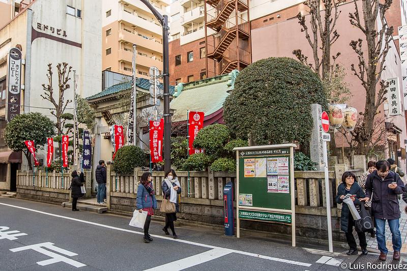Pequeño santuario Kasama Inari, entre edificios de todo tipo