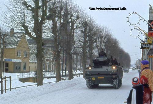 Hulp Landmacht om de wegen sneeuwvrij te maken. | by Leeuwarder Courant