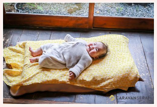 縁側で寝転がる赤ちゃん 笑顔