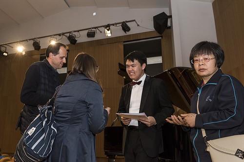 Assistents felicitant al guanyador del premi.. | by Ateneu Barcelonès