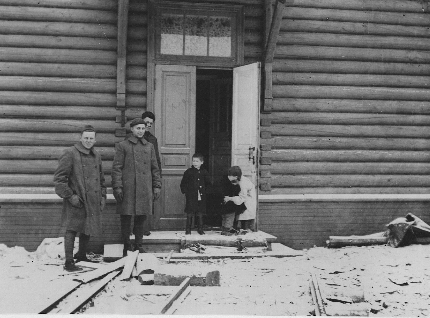 Архангельск. Американские солдаты и несколько детей, которых они обнаружили голодающими