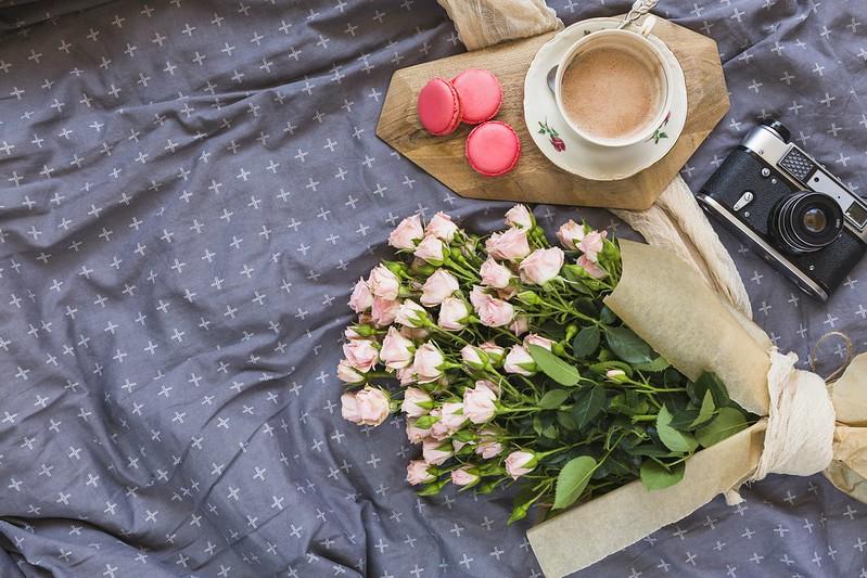 Обои цветы, розы, букет, розовые, pink, flowers, beautiful, romantic, coffee cup, roses, macaron, чашка кофе, макаруны картинки на рабочий стол, раздел цветы - скачать