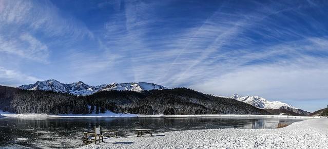 le lac de Payolle couvert de glace