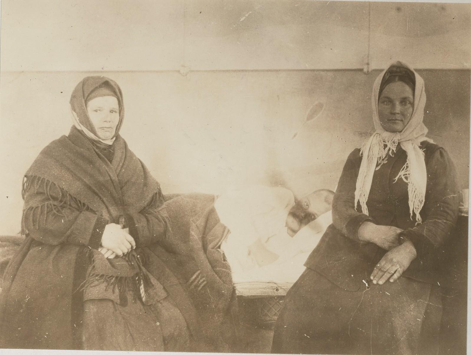 Две крестьянки-посетительницы госпиталя